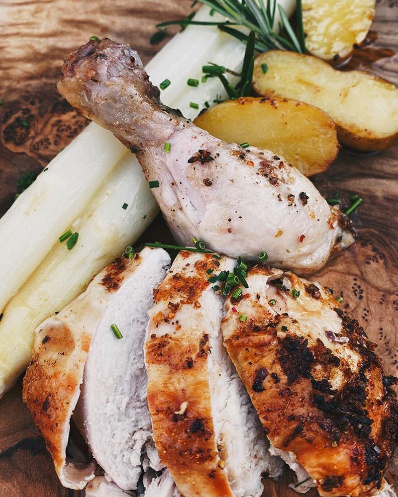Beer Can Chicken mit Kartoffeln & Spargel
